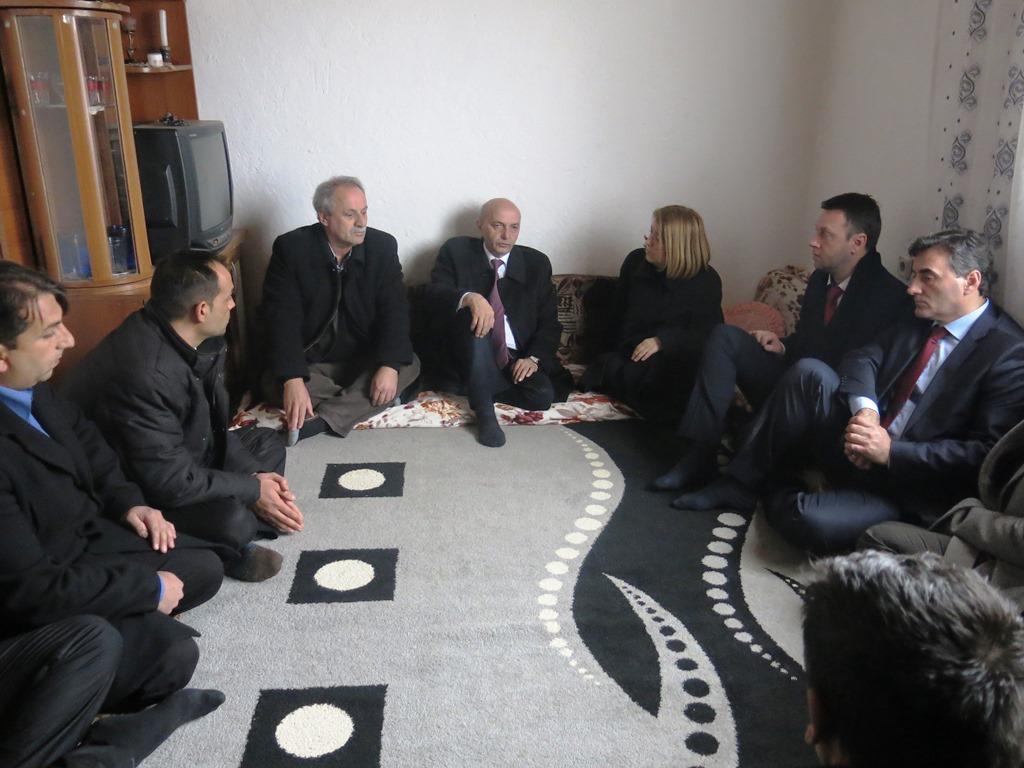 Türk, Arnavut ve Roman Yetkililer Acılı Jashari Ailesini Ziyaret Etti