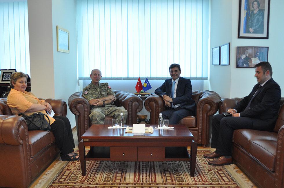 Kosova Türk Temsil Heyeti Başkanı Kurmay Albay Ömer Faruk Demircioğlu Kosova'daki görev süresi bitmesi vesilesiyle Kosova Kamu Yönetimi Bakanı Mahir Yağcıları ziyaret etti.