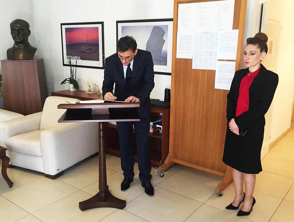 Bakan Yağcılar T.C. Priştine Büyükelçiliğinde Taziye Defterini İmzaladı