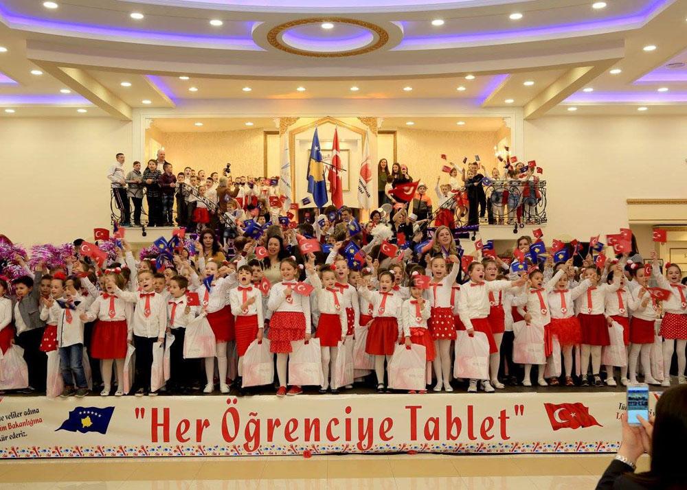"""Kosova'da """"Her Öğrenciye Tablet"""" Projesi Başlatıldı"""