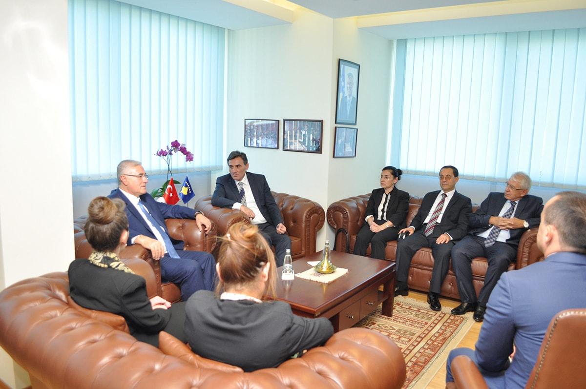 Kamu Yönetimi Bakanı Mahir Yağcılar, makamında Yargıtay Cumhuriyet Başsavcısı Mehmet Akarca'yı ve savcılardan oluşan heyeti kabul etti.
